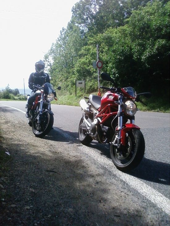 Ducati Monster S2R et Monster 696 vue avant droit